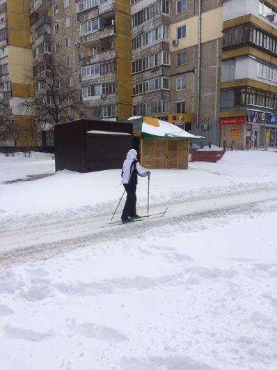 А вот некоторые днепряне придумали очень оригинальный способ добраться на работу - кто-то взял в руки (и ноги) лыжи и лыжные палки.