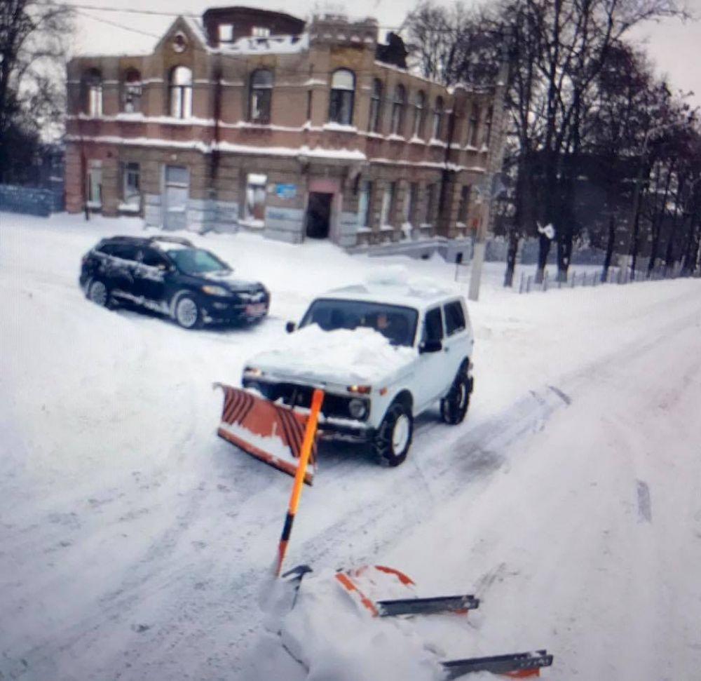 """Многие жители города и автомобилисты решили помочь коммунальщикам и расчистили с лопатами свои дворы, а некоторые сознательные автомобилисты помогали расчищать дорогу своими силами. К примеру, как этот водитель """"Нивы""""."""