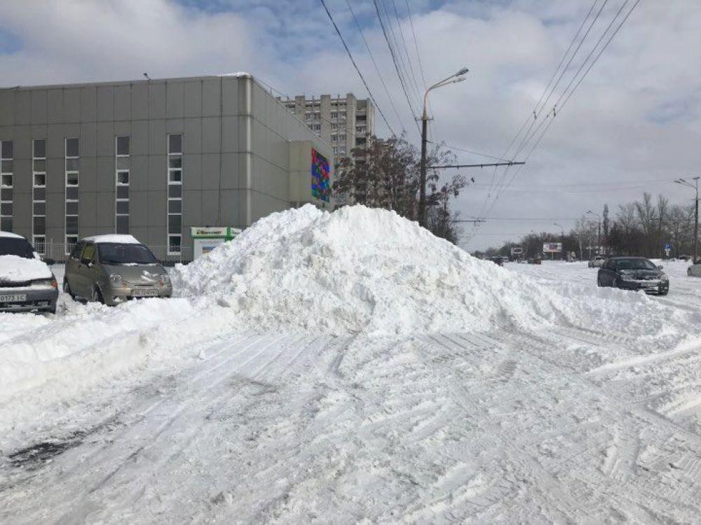 Утром в понедельник горожан встретили метровые сугробы. В центре Днепра снег начали расчищать уже с самого утра, собирая его в огромные кучи, поскольку, по признанию мэра Бориса Филатова, - его некуда было вывезти.
