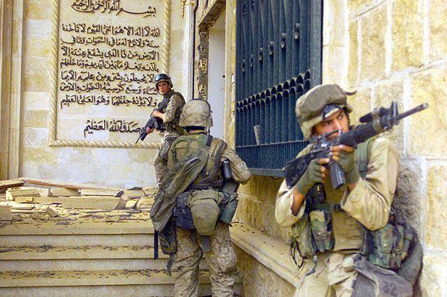 Морские пехотинцы перед входом в один из дворцов Саддама Хусейна. 9 апреля 2003 г.