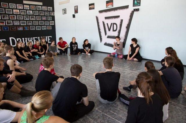Венгерские хореографы проводят занятия для кемеровских студентов.