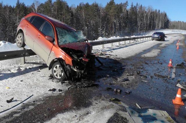 Автомобиль, водитель которого погибла, после столкновения откинуло на бордюр.