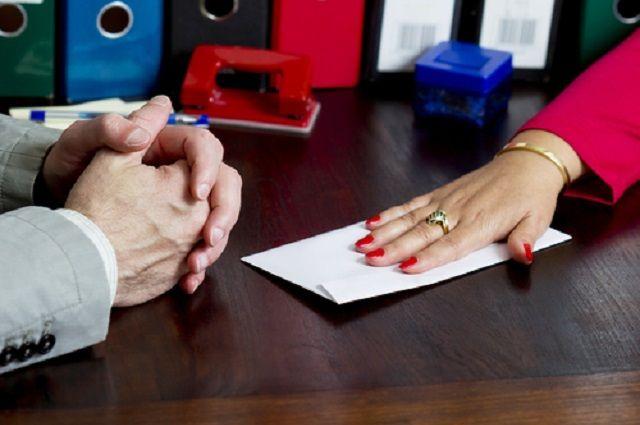 Предполагалось, что за деньги она снимет запрет на регистрационные действия с недвижимым имуществом лица, передавшего взятку.