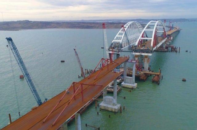 Легковые авто иавтобусы начнут ездить поКрымскому мосту весной