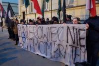 У посольства Украины в Польше депутат сжег портреты Бандеры и Шухевича