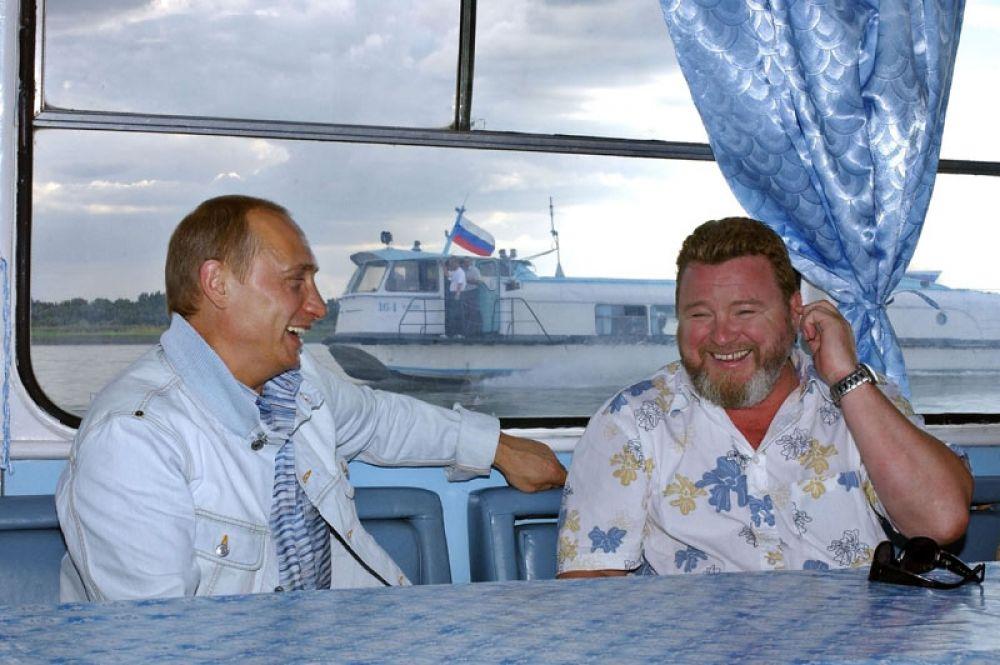 В 2004 году пародист, актер, певец и телеведущий Михаил Евдокимов был избран четвертым губернатором Алтайского края.