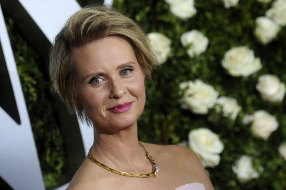 Синтия Никсон — лауреат двух премий «Эмми» и Гильдии киноактёров США, «Тони» и «Грэмми», а также пятикратный номинант на «Золотой глобус».