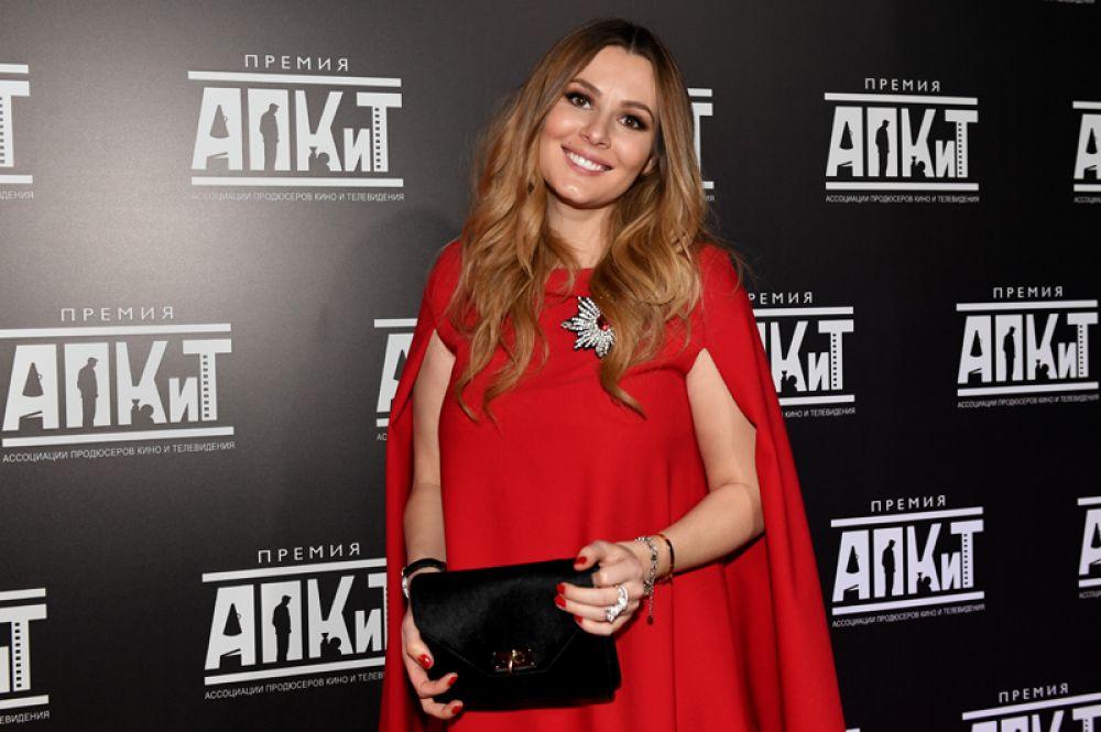 Актриса Мария Кожевникова после съемок в сериале «Универ» стала активисткой «Молодой гвардии Единой России» и членом Госдумы 2011 года.