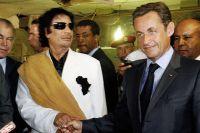 Президент Ливии Каддафи приветствует своего коллегу из Франции Саркози в Дворе Баба Азизии в Триполи 25 июля 2007 года.