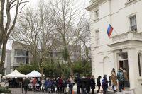 Очередь у входа в избирательный участок в посольстве РФ в Лондоне.