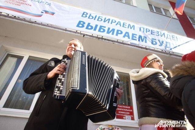 На избирательные участки заманивали продуктовыми корзинами и музыкой.