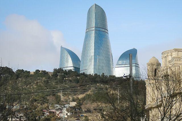 В период высоких цен на энергоресурсы Баку застроился небоскрёбами.