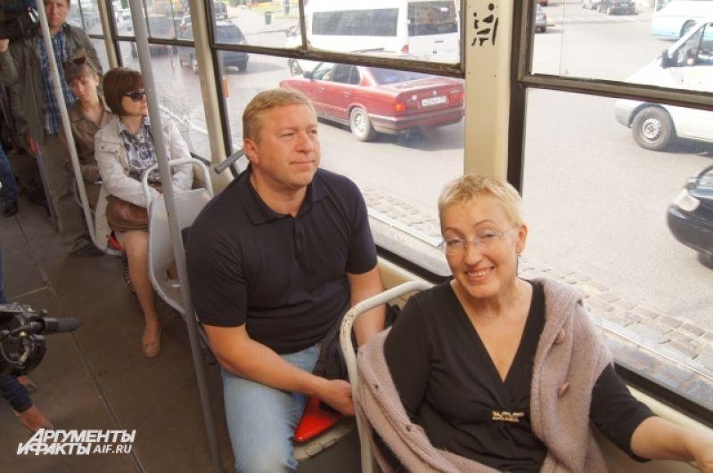 Мэр на презентации экскурсионного трамвая.