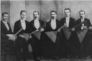 Кружок любителей игры на балалайках в 1894 году. В. В. Андреев в центре