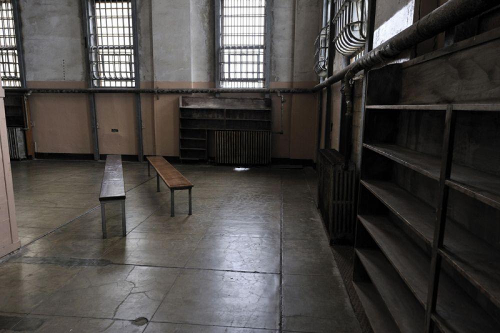 Тюремная библиотека. Право на ее посещение, а также право писать письма и общаться с посетителями заключенный должен был заслужить трудом и безупречным поведением.