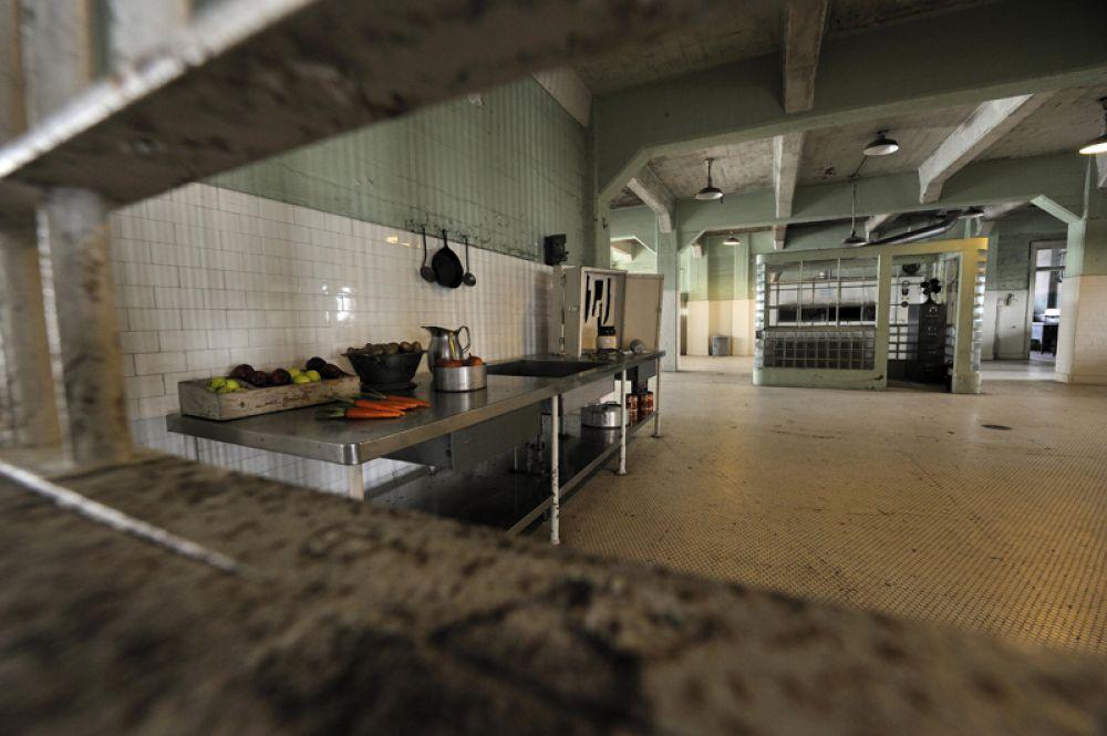Столовая. На принятие пищи отводилось 20 минут, затем заключенных строили в шеренгу для раздачи тюремных работ. Распорядок не менялся в течение многих лет.