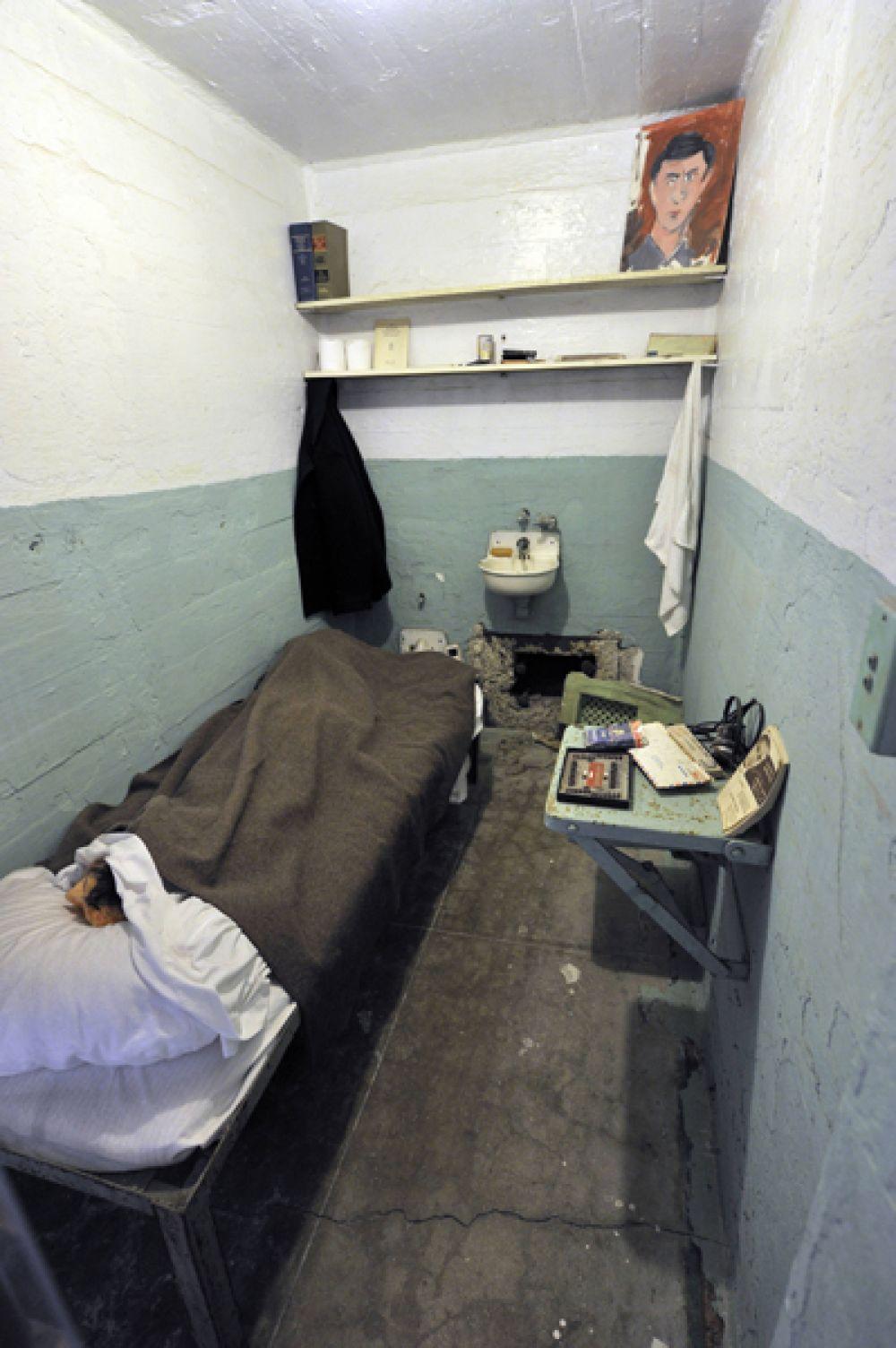 Камера. Тюремная жизнь начиналась с подъема в 6:30, заключенным давали 25 минут на уборку в камере, после чего каждый должен был подойти к решетке для переклички. Если все были на месте в 6:55, индивидуальные ряды камер открывались один за другим, и заключенные двигались в тюремную столовую.