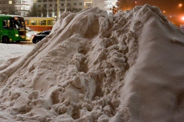 Во время оттепели горы снега превращаются в полноводные