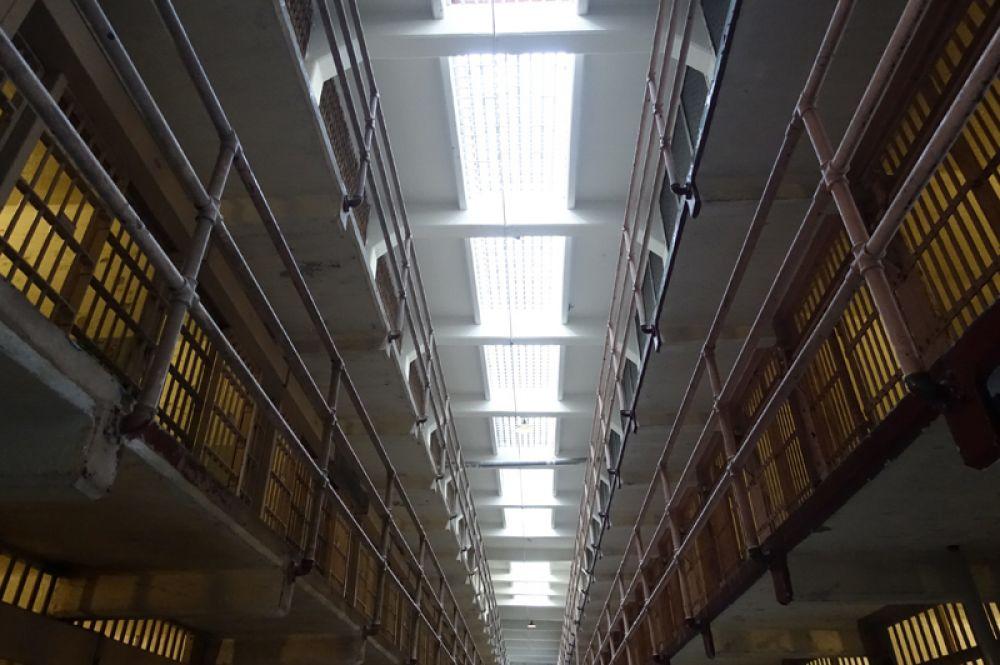 Главный коридор тюремного корпуса заключенные называли «Бродвеем». Камеры на втором ярусе вдоль этого прохода были самыми желанными в тюрьме, поскольку нижние камеры были холодными, и мимо них часто проходил персонал и заключенные.