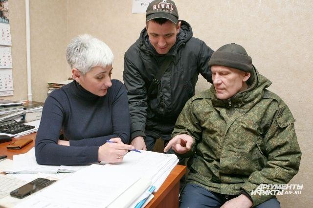 Электрик Юрий Василенко и сантехник Геннадий Мисятюк получают от диспетчера наряд-задание.