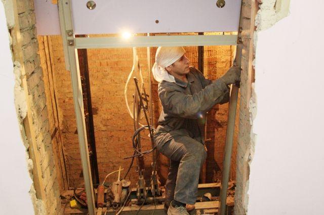 Работы с лифтовым оборудованием производят в компании квалифицированные специалисты со всеми необходимыми техническими допусками.