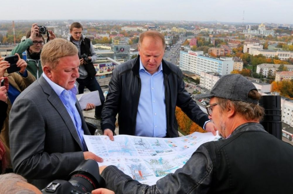 Александр Ярошук и Николай Цуканов на крыше долгостроя - Дома Советов.