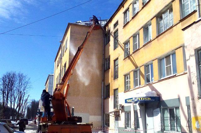 После ЧП в Рыбинске в Ярославле взялись усиленно чистить крыши.