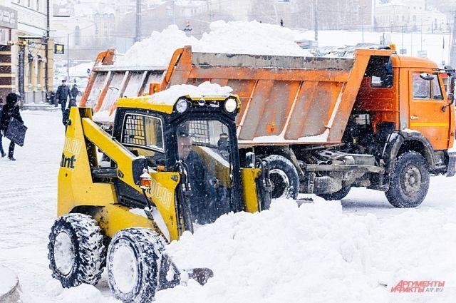 Дорожники устраняют последствия снегопада.