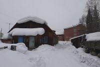 Снежная «лавина» с этой крыши накрыла жительницу посёлка.
