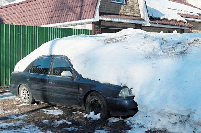 Порой машины приходилось выкапывать из-под снега.