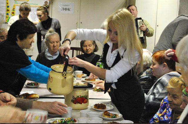 Волонтёры организуют старикам посиделки с чаем и песнями их молодости.