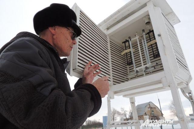 Валентин Белоусов уже 36 лет данные о погоде, ориентируясь на термометры, гидрометры и флюгеры.
