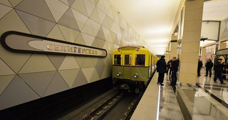 На станции «Селигерская» запустили отреставрированный поезд, который впервые вышел на линию в 1935 году.