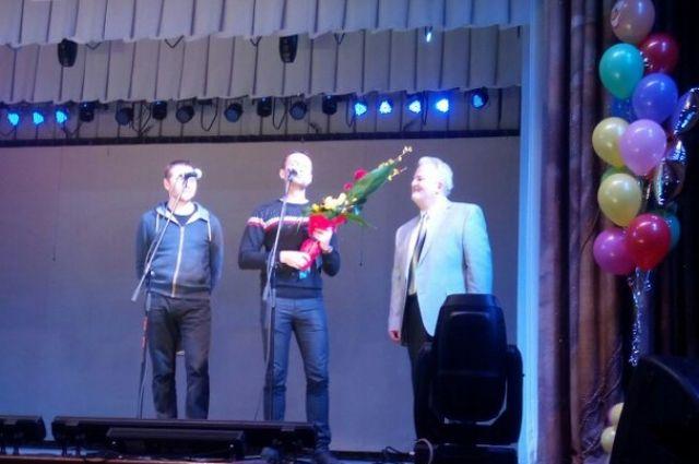 Выпускники поздравляют своего наставника.