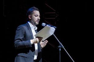Цыпкин выступает на сцене в жанре литературных чтений.