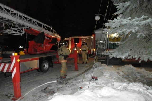 По предварительным данным причиной пожара стало короткое замыкание.