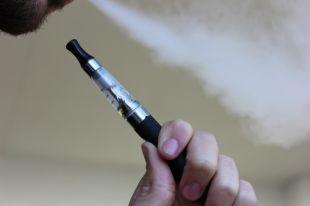 Пока в Госсовете планируют запретить несовершеннолетним покупку электронных сигарет.