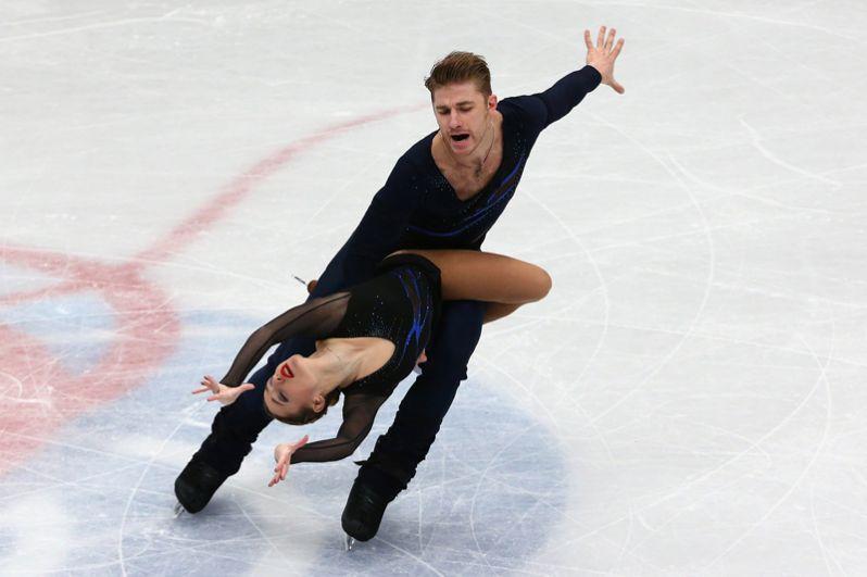 Кристина Астахова и Алексей Рогонов (Россия) выступают в короткой программе парного катания на чемпионате мира по фигурному катанию в Милане.