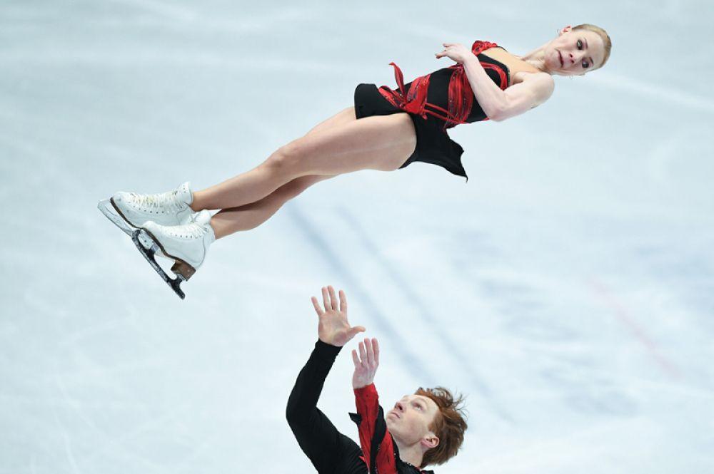 Евгения Тарасова и Владимир Морозов (Россия) выступают в короткой программе парного катания на чемпионате мира по фигурному катанию в Милане.