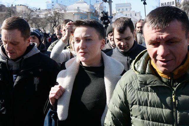 Надя Савченко сопровождается сотрудниками Службы безопасности Украины после задержания пообвинению впланировании военного переворота вКиеве.