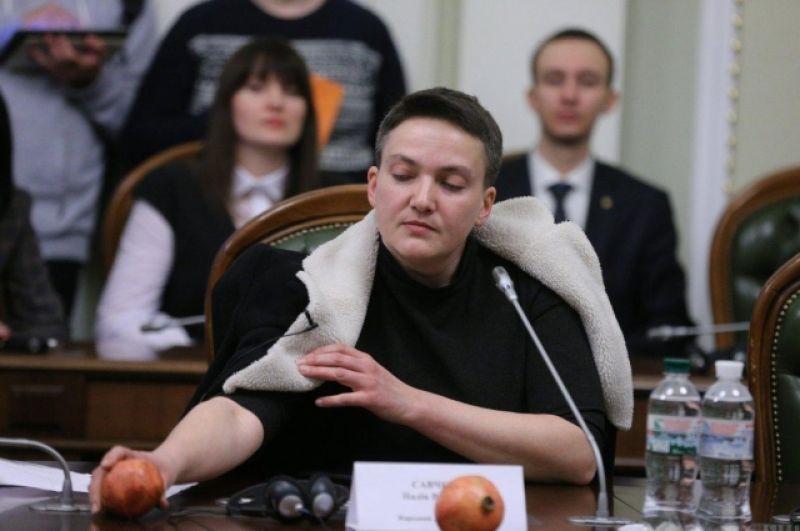 Надежда Савченко во время заседания Регламентного Комитета рассказывала о домогательствах со стороны майора ВСУ, который сегодня является Героем Украины, а также принесла в Раду два граната, которые также вызвали прецедент. Юрий Луценко не раз обращался в Наде с фразой