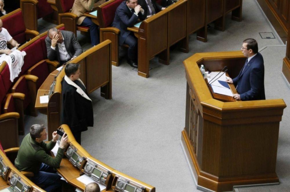 """В процессе речи, Луценко обещает """"показать кино"""" - то есть, видео от СБУ по поводу Савченко. Он также сообщает, что в ноябре 2017, когда была получена первая партия оружия из """"ДНР"""", стало понятно, что все это не шутки. По его словам, на Савченко насобирали почти 70 Гбт материалов. Интересно, что Надежда Савченко все это время стоит напротив прокурора и лишь когда начинают показывать видео, отходит от трибуны."""