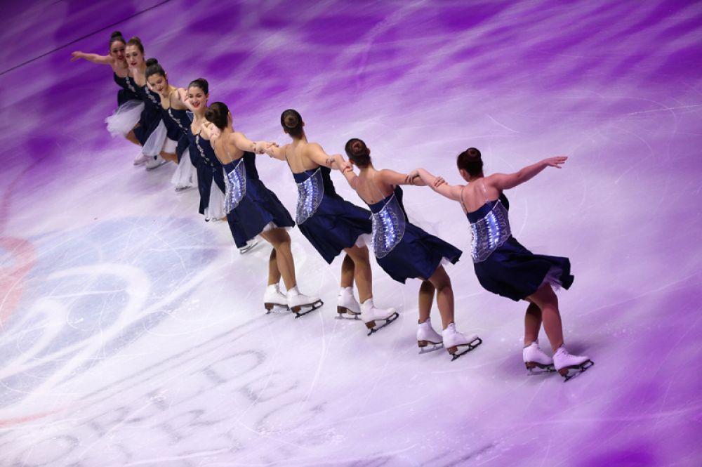Фигуристки на церемонии открытия чемпионате мира по фигурному катанию в Милане.