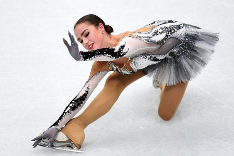 Алина Загитова (Россия) выступает в короткой программе женского одиночного катания на чемпионате мира по фигурному катанию в Милане.