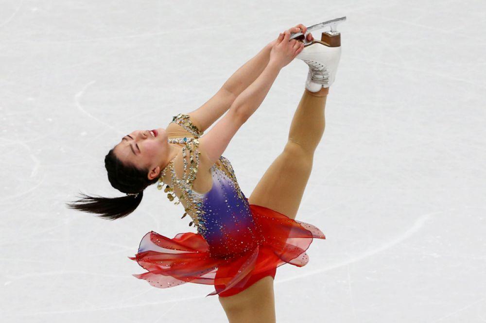Вакаба Хигути (Япония) выступает в короткой программе женского одиночного катания на чемпионате мира по фигурному катанию в Милане.
