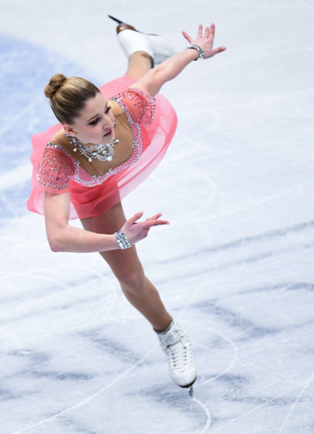 Мария Сотскова (Россия) выступает в короткой программе женского одиночного катания на чемпионате мира по фигурному катанию в Милане.