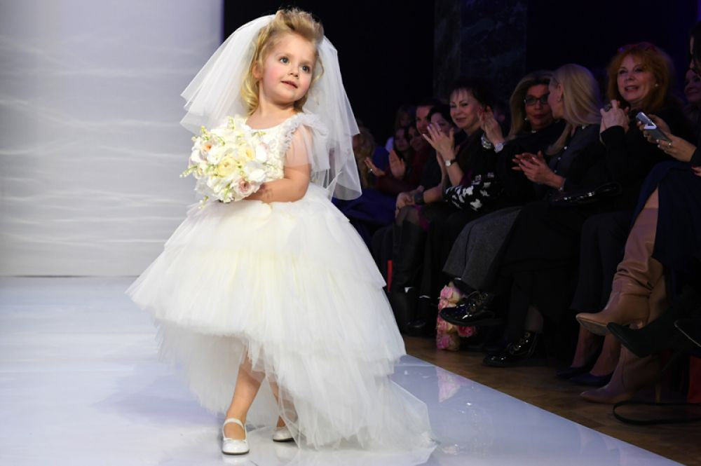 Дочь певицы Аллы Пугачевой и телеведущего Максима Галкина Лиза во время показа новой линейки Дома моды Yudashkin Kids в рамках 39-й Недели моды в Москве.