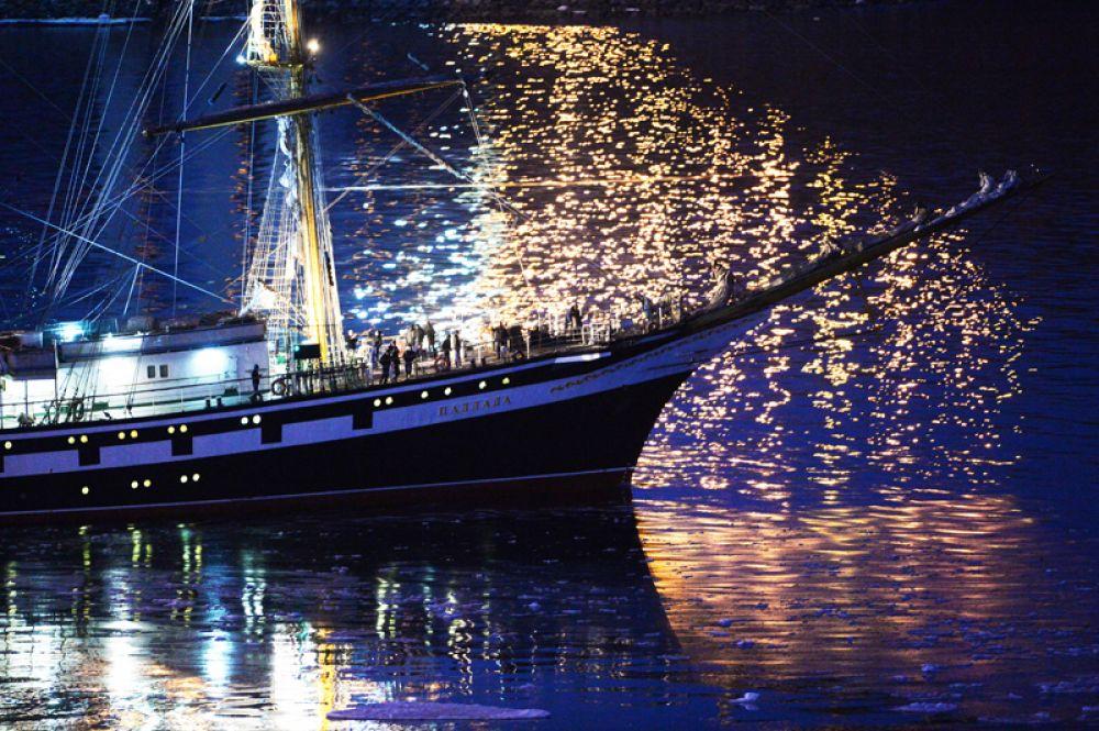 Учебное парусное судно «Паллада» в проливе Босфор Восточный.