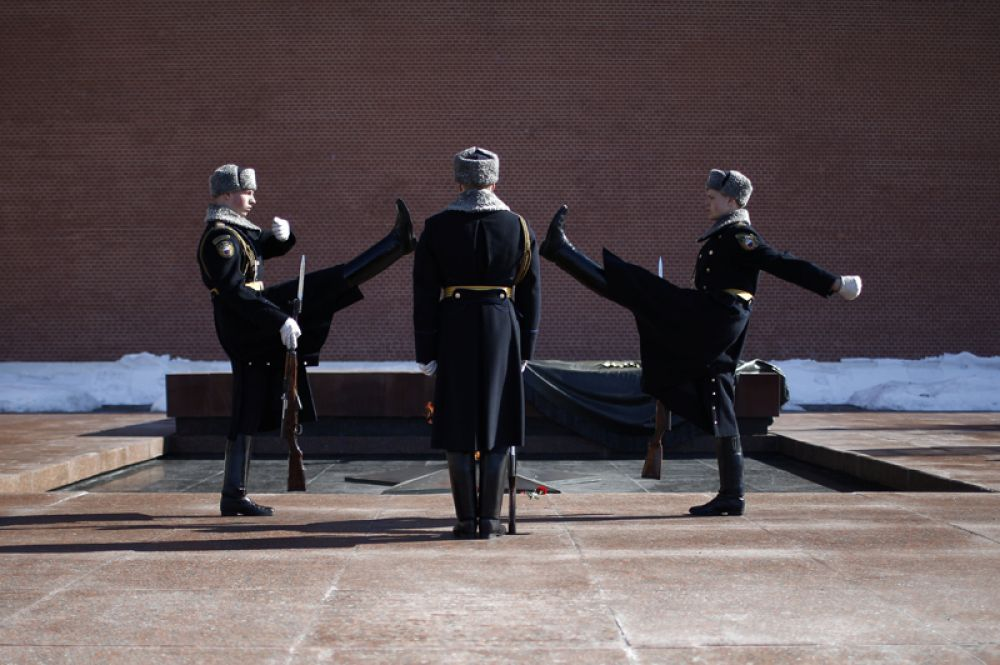 Смена почетного караула у Могилы Неизвестного солдата у Кремлевской стены, Москва, Россия.