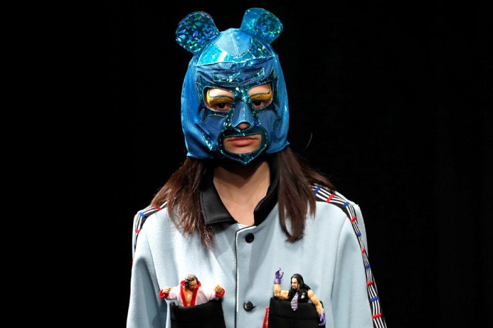 Модель во время показа коллекции дизайнера Юкихиро Тешимы на неделе моды в Токио, Япония.